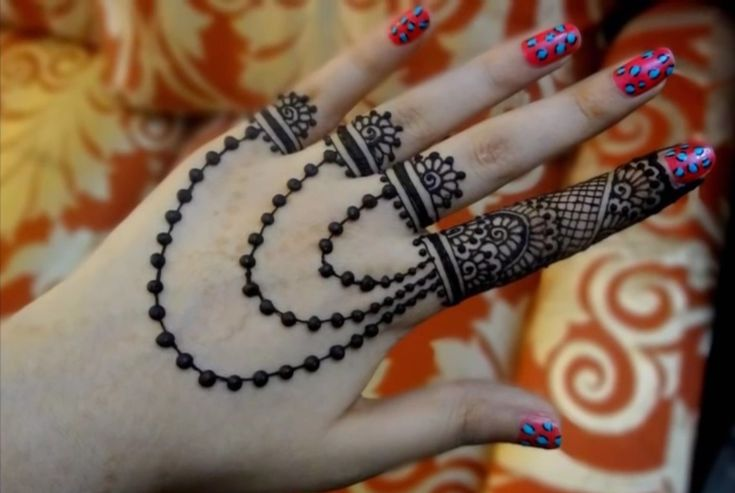 Hira (Instagram: @mehndiartist_hira) is an online henna artist. She has created a range of beautiful and inspiring designs. In her tutorials, she teaches viewers how to replicate her designs through a simple, step-by-step process.    We have