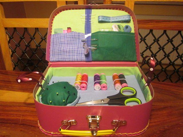 Další+kufřík+pro+švadlenky+Malý+kufřík+plný+všeho+potřebného+pro+malé+šikovné+švadlenky.+Vhodné+jako+dárek+k+narozeninám,+na+Vánoce+pod+stromečkem,+za+vysvědčení+nebo+jen+tak+pro+radost.+V+kufříku+najdete+nůžky,+špendlíky,+jehly,+nitě,+mašličky,+látky+na+šití+a+spoustu+dalšího.+Doporučuji+pro+děti+od+šesti+let.+Každý+další+kufřík+je+originál....