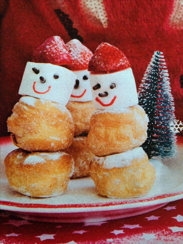 Twee slagroomsoesjes marshmallow als hoofdje met xxl hagelslag voor neus en oogjes. Rode chocoladepen voor jet mondje. Bovenop een aardbei. Alles vastzetten met een cocktailprikker