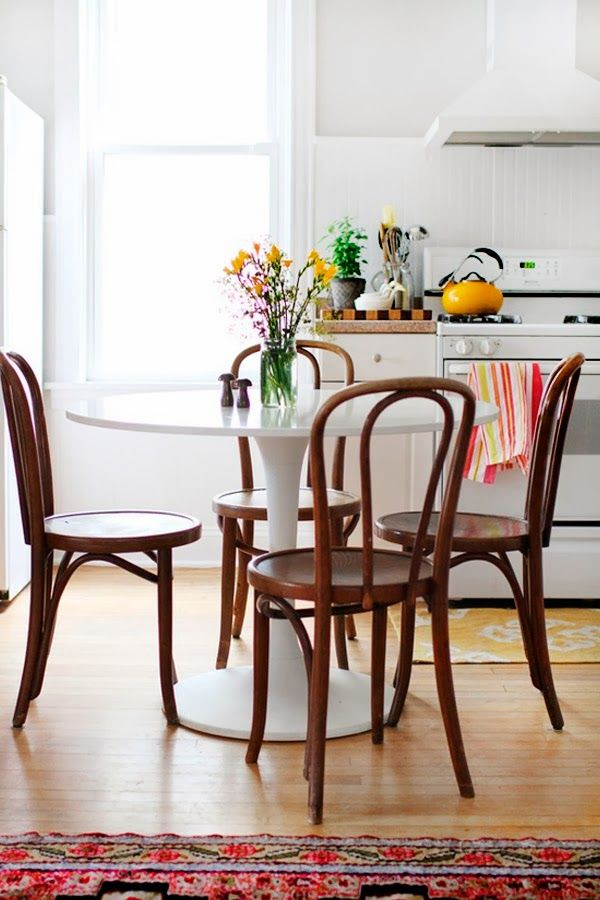 Kitchen nook with thonet chairs, tulip table, aztec rug