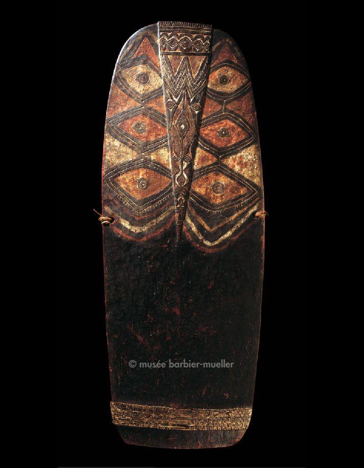 Bouclier aux losanges, Mélanésie, Kominimung, Papouasie - Nouvelle-Guinée. / Arts de Nouvelle-Guinée. / Musée Barbier-Mueller, Genève.