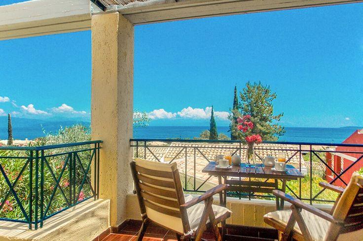 Description: Ontstressen in een knus complexje terwijl het hele strandgebeuren van Barbati binnen handbereik ligt  Op een steenworp afstand van het glasheldere water van de baai van Barbati Zo hoort vakantie echt te zijn. Ultiem ontspannen in de Manto on the Beach Appartementen op één van de mooiste plekken die Corfu rijk is. Vlakbij de kust van Barbati prijken de zachtgeel geschilderde Manto on the Beach Appartementen onder de blauwe hemel. Aan de ene kant ervan heb je de groen bedekte…
