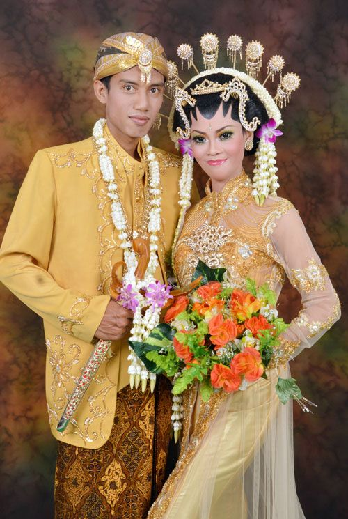 javanese wedding, gold kebaya and jarik, sanggul, make up.
