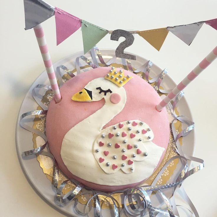 """The cake  Maybe not the prettiest swan but it tasted good  #tårta #cake #barnrumsinspo #kidsinspo #inspirationforbarn #lagerhaus #lagerhausfavoriter"""
