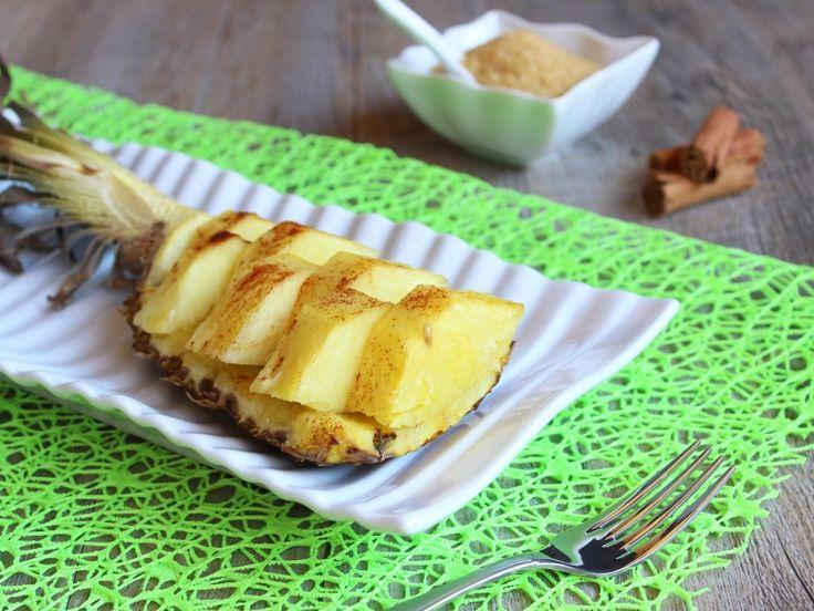 L'ananas al forno caramellato è un dessert semplice e sfizioso. Ricetta brasiliana facile e veloce per fare l'ananas al forno con cannella, miele e contreau.