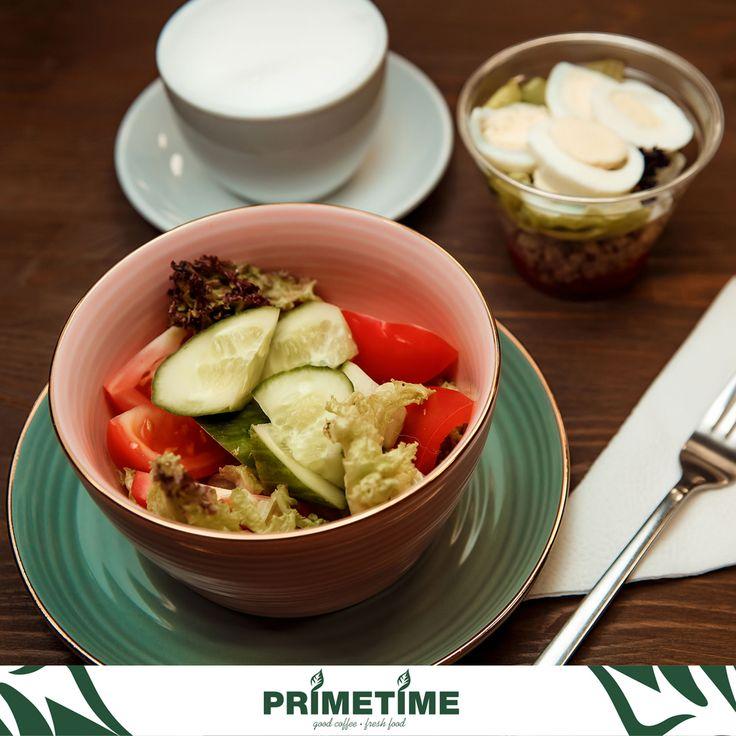 Перед вами натюрморт под названием : Самый полезный завтрак в мире 👌😄 Легкий, хрустящий, овощной салат и протеиновый завтрак- хит🥒 Невероятный заряд бодрости и энергии на весь день🕺 #primetime #coffee #breakfast #nsk #кофе #кофейня #открытиеprimetime