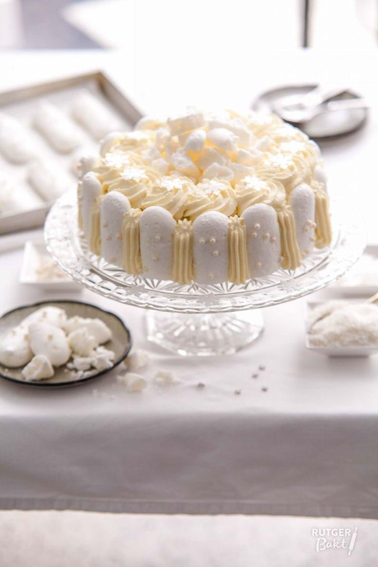 Dit is echt een super feestelijk dessert! De knapperige kokosmeringues in combinatie met het rode fruit maken deze taart onweerstaanbaar. Natuurlijk kan je met het soort ijs en de soort jam variëren, zo zou je ook stracciatella-ijs met frambozenjam kunnen gebruiken. Dit recept is gebaseerd op een kleine springvorm met een doorsnede van 20 centimeter. Als je de taart in een vorm van 24 centimeter gaat doen heb je anderhalf keer het recept nodig, anders wordt de ijstaart wel erg laag. …