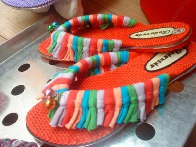 Chanclas de goma de color rojo en buena calidad y de fácil lavado, estestán elaboradas en trapillo de diferentes colores a modo de fleco y rematadas con cascabeles de colores en la parte delantera