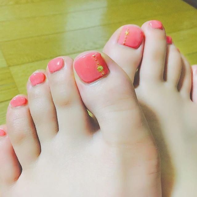 . summer nail🌺 ・ いとこがやってくれた♡ 修学旅行 楽しむ! ・ ・ ・ #summernails #gelnails  #footnail #pink #nail #cute #shell #star #gold #summer #okinawa #yoronisland  #photography #l4l  #ネイル #ジェルネイル  #セルフネイル