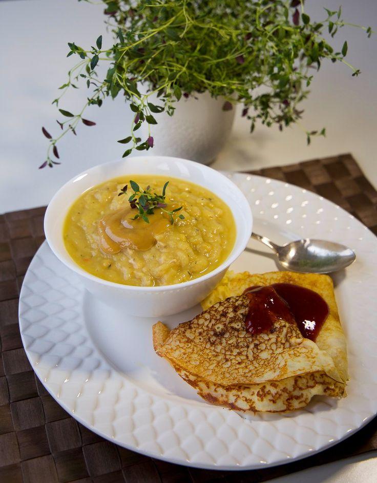 Idag är det torsdag och då passar jag på att bjuda på en riktig svensk klassiker. Ärtsoppa toppad med senap och serverad med pannkakor bredvid. Gottigottgott! 6 portioner ärtsoppa 500 g gula ärter 1,5 l vatten 2 grönsaksbuljongstärningar 1 gul lök 1 tsk timjan 1tesked mejram Salt & peppar Pannkakor– recept hittar du HÄR! Gör såhär: Skölj ärtorna och blötlägg dem i 12 timmar. Sila av och lägg i en gryta. Häll över 1,5 liter vatten och koka upp. Skumma av och smula sedan i buljongtärninga...