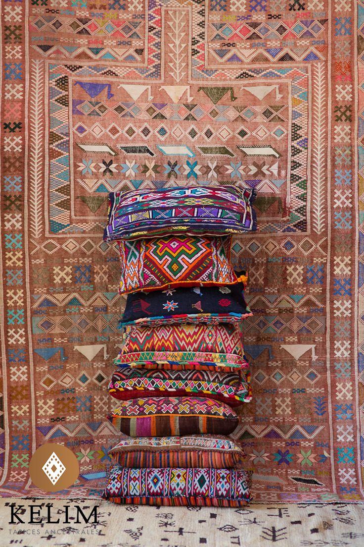 Hermosos cojínes Kelim Vintage Otomanos confeccionado a mano por mujeres de la cultura Beréber utilizando alfombras marroquíes antiguas. Los cojines Otomano se caracterizan por sus bellos bordados, los cuales transformarán las atmósferas de tu hogar a través de colores y diseños que se combinan armónicamente con espacios arquitectónicos contemporáneos. La belleza artesanal y rústica de los tapices otorga el contrapunto perfecto a objetos modernos y antiguos.