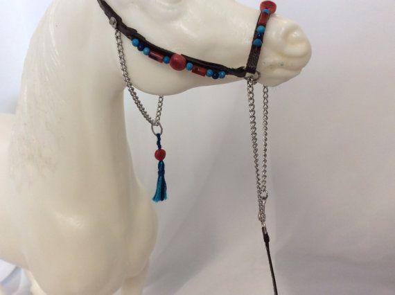 Este único, uno de tipo piedra de Breyer modelo de caballo caballo (miniatura escala 1:9, no para un caballo vivo) presentación de cuero Halter con plomo para un adulto, tradicional (escala de 1:9) tamaño caballo modelo. Ofrece verdadera Coral, turquesa y lapislázuli granos de