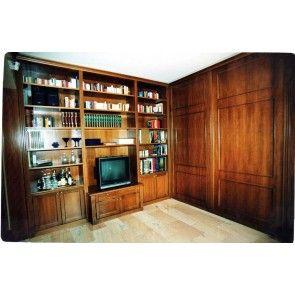 Le cose belle non passeranno mai di moda. Una libreria su misura anche con lo spazio per la televisione. #legnopiuingegno #mobiliinlegno #arredamento #design #interiordesign #libreria