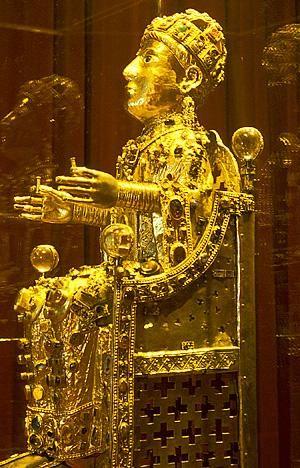Le trésor de Sainte Foy - Conques - Aveyron C'est l'un des cinq grands trésors européens d'orfèvrerie médiévale. L'un des rares restes de saints, le crâne de Sainte Foy. Ancienne adolescente chrétienne martyrisée en 303 à Agen, et enfermée dans une exceptionnelle statue.  Assise sur un trône et couronnée, la majesté de Sainte Foy est le seul exemplaire conservé des statuts reliques préromanes.