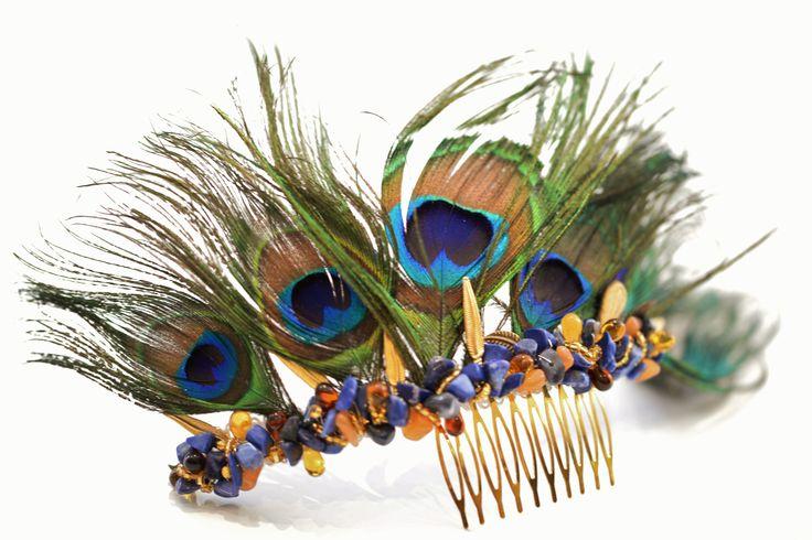 couronne bijou de tete Maison Athénaïs en plume de paon, lapis lazuli et goutte d ambre monté sur un peigne doré. A porter sur un chignon  de coté.
