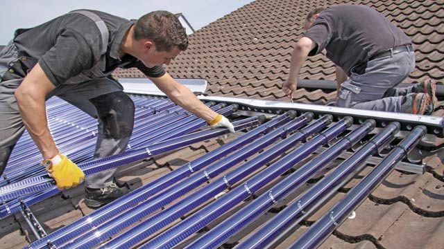 Eine Solarthermie-Anlage kann die Heizkosten um bis zu 30 Prozent reduzieren. (Quelle: IWO)