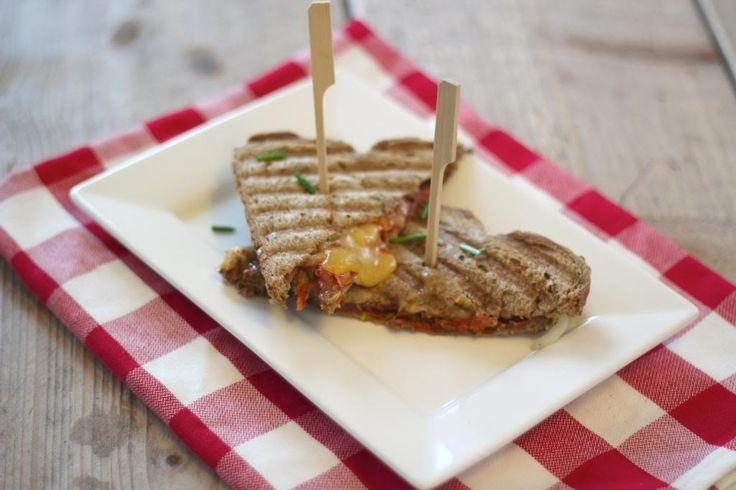 Zin in een lekkere tosti? Probeer dan eens deze pizza tosti met tomatenpuree, kaas, oregano, plakjes tomaat en ui. Voeg na hartelust ingrediënten toe!