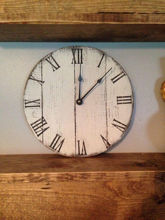Petit format blanc rond récupéré horloge de palettes en bois