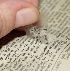 Mit einem Klebestreifen könnt ihr ganz leicht Wörter und Buchstaben von Papier lösen // Collage technique: use transparent tape to pick up words or patterns from book pages, magazines, napkins