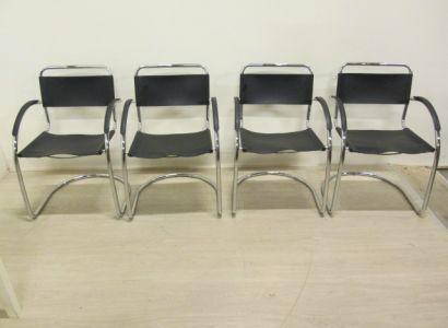 4 Bureau stoelen metaal met zwarte bekleding. Moderne uitvoering zeer stabiel. Hoogte 84 cm breedte 60 cm en diepte 54,5 cm.