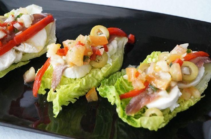 Cogollos de anchoas y queso una receta fresquita para preparar como entrante o aperitivo o para el preparar una cena ligera.