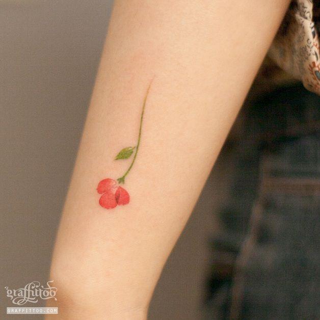Graffittoo Tattoo é um estúdio baseado em Seul, capital daCoreia do Sul. O nome sugere o estilo do trabalho de River, artista por trás deste projeto, que tem como objetivo fazer tatuagens gráficas. Independente do tamanho, os desenhos de River prezam por traços minimalistas, que abandonam o contorno de tinta preta das tatuagens tradicionais...