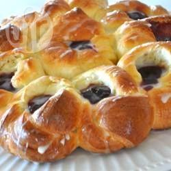 Dit paasbrood is gemaakt van smakelijk deeg dat in mooie bloemen is gedraaid en daarna is gevuld met jam.