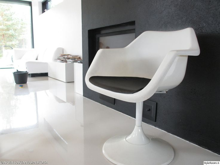"""""""seepramaria"""":n valkoinen nojatuoli näyttää hienolta mustan takan edessä. #styleroom #inspiroivakoti #mustavalkoinen"""