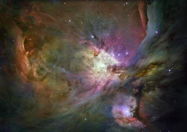 La nébuleuse d'OrionLa nébuleuse d'Orion appartient à la constellation du même nom, dans la galaxie de la Voie Lactée, où se trouve aussi notre système solaire. On estime que la nébuleuse d'Orion se trouve entre 1 300 et 1 500 années-lumière de la planète Terre. On peut apercevoir, sur ce cliché, plus de 3 000 étoiles de tailles différentes, nées au cœur des tourbillons de gaz et de poussière de la nébuleuse.