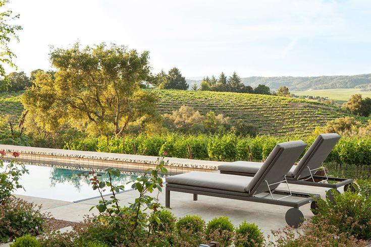 Dans la vallée des vignobles de Sonoma County en Californie, cette maison a été construite avec la nature comme toile de fond. Bien que neuve, la propriété dégage un air de rusticité et de confort.