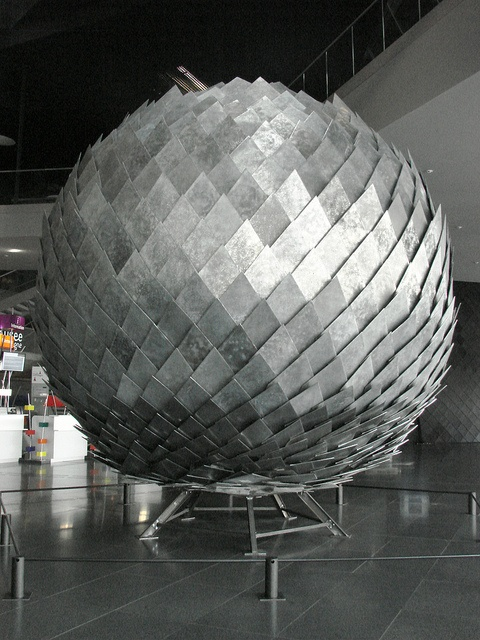 Una misteriosa bola | Installation d'Antoine Dorotte, Hall des Champs Libres.