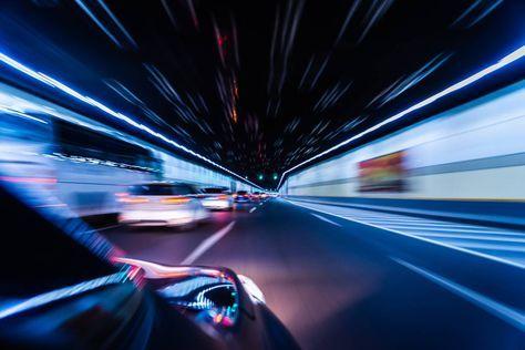 Aus dem fahrenden Auto heraus einen Tunnel mit dem Zoom-In-Effekt fotografieren - Lichter verschwimmen, blau und schwarz dominieren das Bild und der Focus liegt auf dem Horizont. Mehr zum Zoomeffekt bei www.fotos.fuers-leben.ch