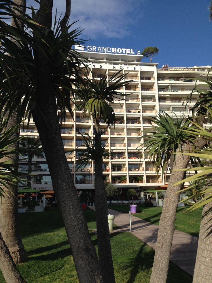 Le Grand Hôtel est une des plus anciennes institutions de Cannes. Entièrement démoli puis reconstruit en 1963, il affiche un style moderne et d'inspiration 70's.