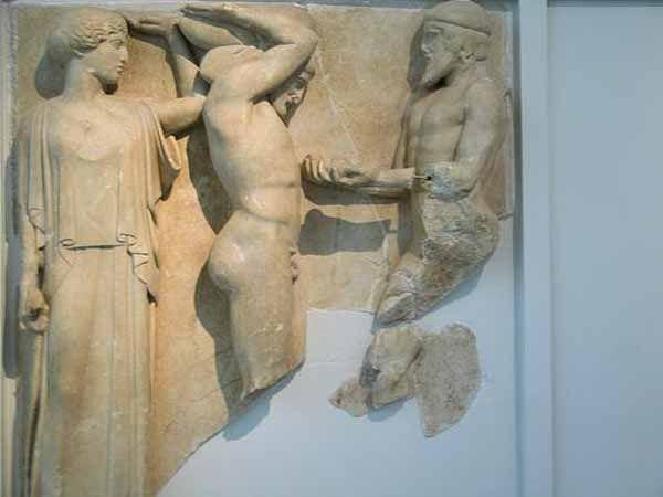 Metopa del Tempio di Zeus a Olimpia, 460 a.C. Atena, Eracle e Atlante, metopa 10 del lato occidentale (460-450 a.C. circa), Olimpia, Museo archeologico.