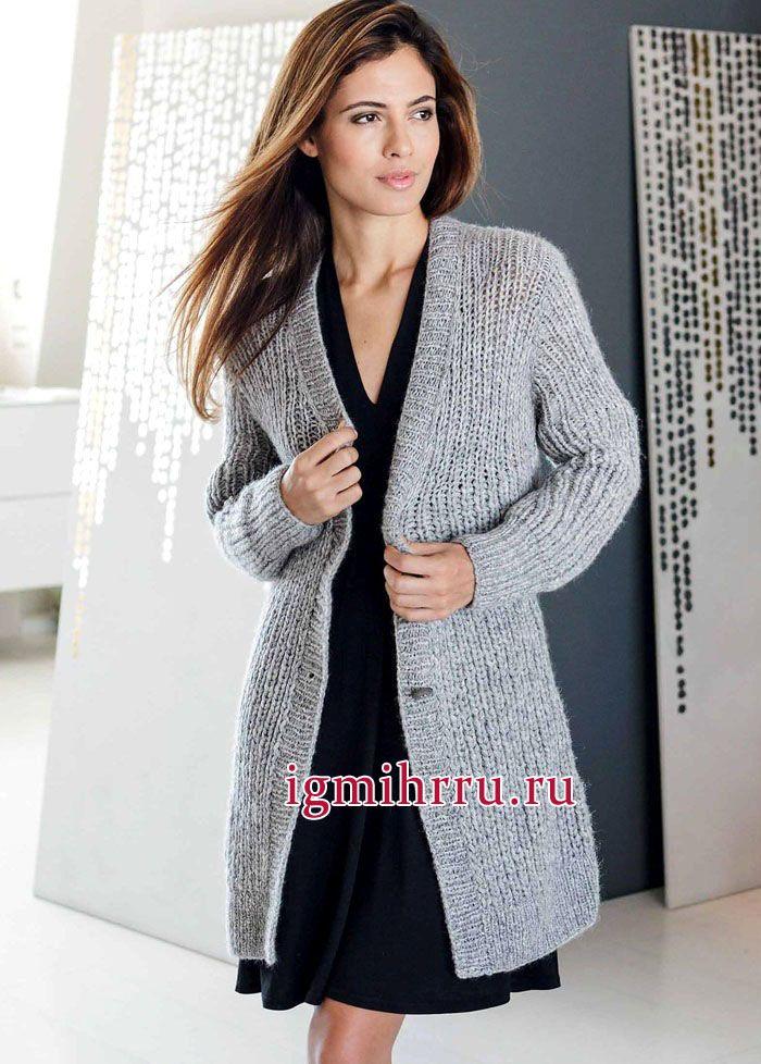 Удлиненный теплый жакет серого цвета, связанный простой резинкой. Вязание спицами