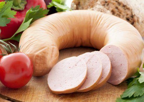 Ингредиенты:   - Филе куриное (или индейка) — 700 г  - Сливки (я брала молоко)— 300 мл  - Белок яичный — 3 шт  - Соль  - Перец черный  - Приправы  Приготовление:  1. Сырое филе режем на кусочки. Измельчаем охлажденное куриное (индюшиное) филе в блендере до кремообразного состояния