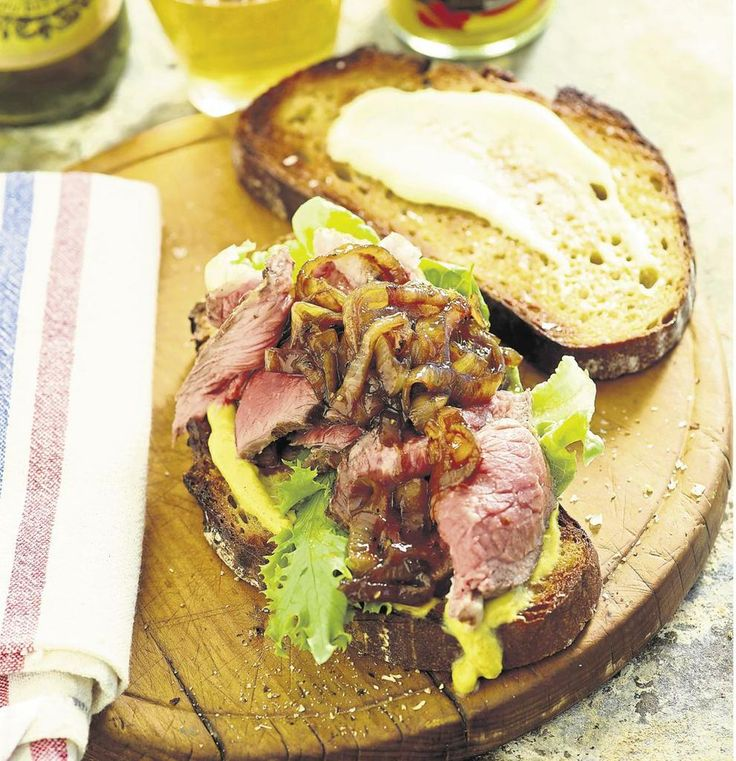 Oor die kole met Jan Braai: Steakbroodjie met mosterd, mayonnaise en gekaramelliseerde uie