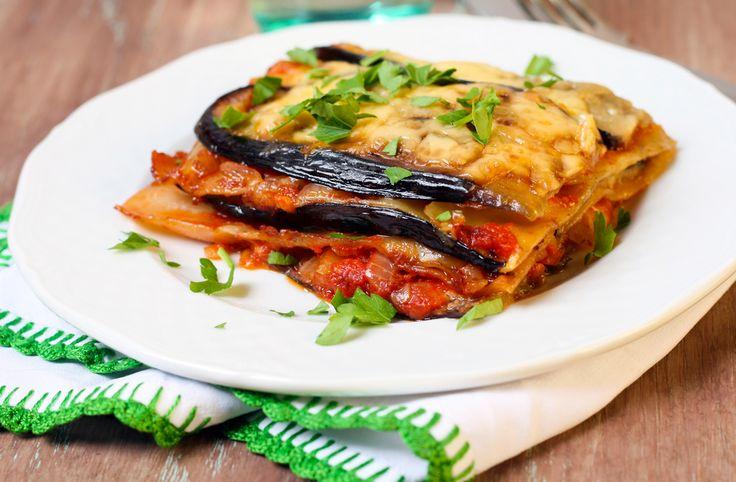 Estas ricas berenjenas están rellenas de carne molida con salsa de jitomate a la italiana, gratinadas con queso parmesano y horneadas.