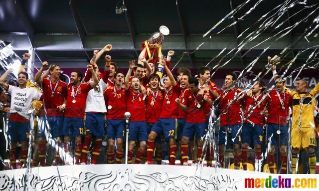 Pemain Spanyol bersorak ria menyusul keberhasilannya menjuarai Euro 2012.