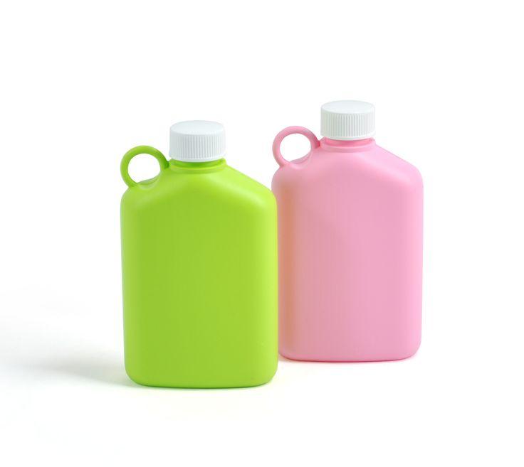 Plastexin legendaarinen taskumatti rosan ja limen värisenä. Valmistettu elintarvikelaatuisesta muovista. Legendary flask from Plastex. Made in Finland.