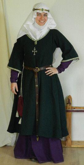 Hochmittelalter: Oberkleid aus dunkelgrünem Loden. Komplett mikt Nessel gefüttert, Hals und Ärmel sind mit Brettchenborte verziert.