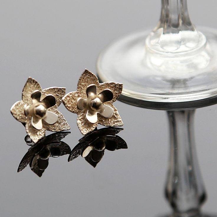 Prachtige oorstekers in de vorm van een bloem. prijs € 19,95 Gratis verzending in Nederland http://www.dczilverjuwelier.nl/zilveren_oorbellen/zilveren-oorknopjes-bloem