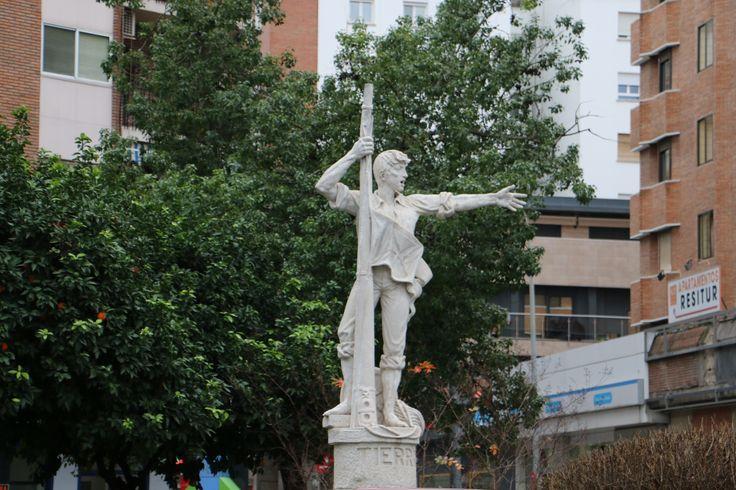 #Sevilla. #Barrio_de_Triana. Estatua de Rodrigo de Triana. Según la historiografía, gritó ¡tierra! cuando avistó el que luego sería el Nuevo Mundo. Pulse en la fotografía para ver #casa_en_Sevilla, Spain.