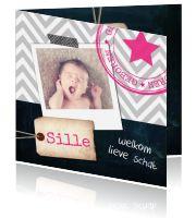 Lief krijtbord geboortekaartje met polaroid foto en een stoere stempel met ster. Het label en tape-je maken het kaartje helemaal hip!