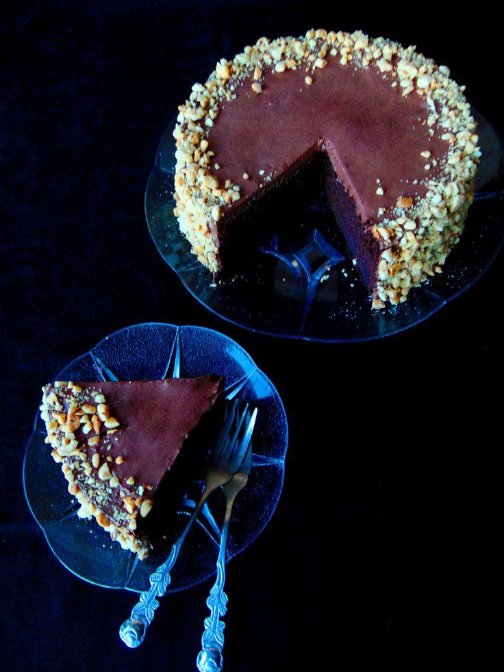 Tort simplu cu ciocolata si alune  http://cofetardeocazie.blogspot.ro/2014/12/tort-simplu-cu-ciocolata-si-alune.html