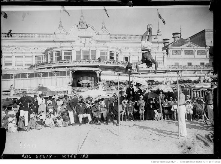 10-8-19, Deauville [démonstration à la barre fixe sur la plage devant le casino] : [photographie de presse] / [Agence Rol]