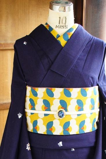 こっくりと深い濃紺の地に、ふわりと花びらが散るようなささやかなデザインが染め出された注染レトロ浴衣です。
