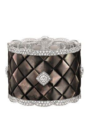 Como se o ouro branco, as pérolas e os 496 diamantes não bastassem, a Chanel anuncia a sua primeira coleção de Alta-Joalharia dedicada ao matelassê, a pele pespontada da icónica 2.55.
