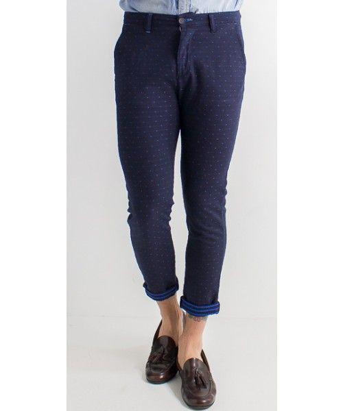 Pantalone con microfantasia dalla vestibilità regolare.