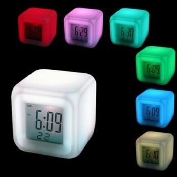 Şık ve kompakt tasarım dijital çalar saat… LCD Ekranda tarihi, saati ve o anki sıcaklık değerini gösterir. 3 AAA pil ile çalışır. (piller pakete dahil değildir.PVC  malzemeden üretilmiştir. 7 farklı renk arka plan görüntülenebilir. C° ve F° olarak sıcaklık gösterimi.